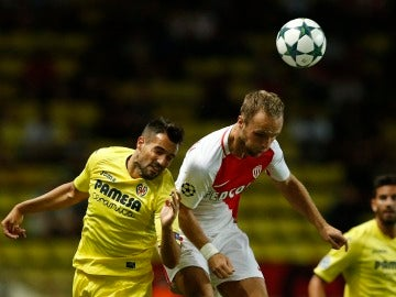 Jugadores del Villarreal y del Mónaco luchando por un balón aéreo