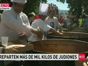 La Granja (Segovia) reparte más de una tonelada de 'judiones' con motivo de las fiestas de San Luis