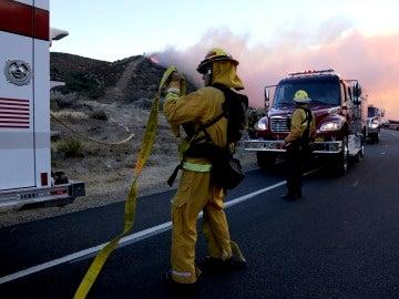 El violento fuego en el condado californiano de San Bernardino causó el cierre de numerosas rutas de transporte como la autopista 138 y la interestatal 15, un importante eje viario que une el sur de California con Nevada