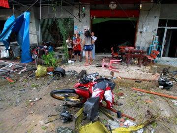 Varias personas en la escena del atentado de Tailandia