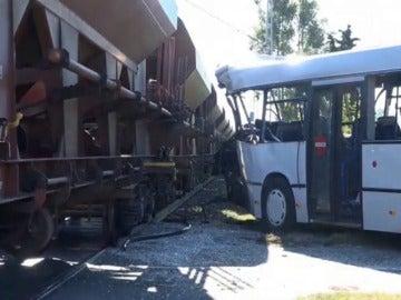 Un tren arrolla a un autobús en Alemania