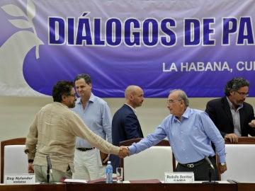 Humberto de la Calle y las FARC principal negociador de Colombia Iván Márquez se dan la mano después de firmar el protocolo.