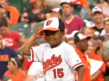 Ya está recuperado y juega al béisbol Zion, el primer niño del mundo al que se le realizó un doble trasplante de manos