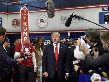 Donald Trump candidato habla ante los medios de comunicación en la sala de giro después del debate presidencial republicano de Estados Unidos en Las Vegas.