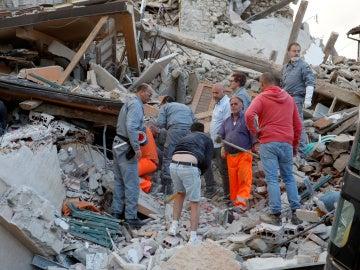 Labores de rescate tras el terremoto en Italia