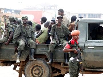 Soldados congoleños tras dispersar a los civiles que protestaban contra las matanzas y enfrentamientos étnicos en la ciudad de Butembo, en la provincia de Kivu del Norte