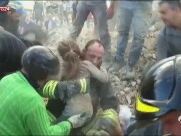 Rescatan a una niña tras 16 horas entre los escombros de su casa destruida por el terremoto en Italia