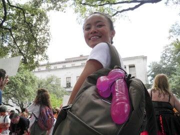 Jessica Jin, una de las organizadoras  de la protesta con un consolador colgado de la mochila como señal de repulsa a la ley que permite el uso de armas.
