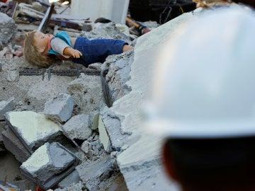 Una muñeca se ve en los escombros tras el terremoto de Amatrice, el centro de Italia, 24 de agosto