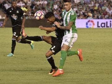 Juanfran despeja un balón en el Villamarín
