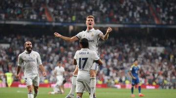 Lucas Vázquez y Kroos celebran el gol del alemán en el Bernabéu