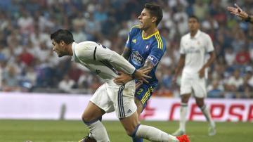 Morata disputa un balón con el defensa del Celta de Vigo Hugo Mallo