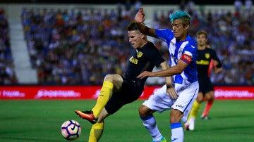 Kevin Gameiro intenta controlar el balón ante la defensa de Mantovani