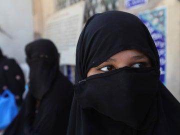Una mujer cubierta con un niqab