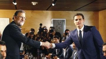 PP y Ciudadanos firman el pacto de investidura de Mariano Rajoy con '150 compromisos para mejorar España'