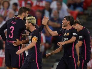 Los jugadores del Barcelona celebran el gol en San Mamés