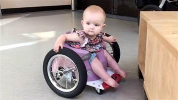Evelyn Moore, la pequeña en silla de ruedas