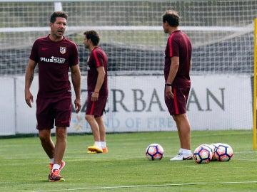 Simeone da indicaciones en un entrenamiento