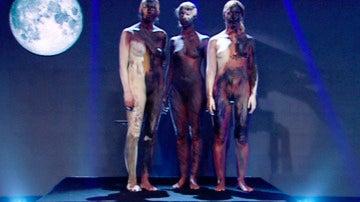El Hombre de Negro llena 'El Hormiguero' de cuerpos desnudos para demostrarnos que las cosas no siempre son como parecen...