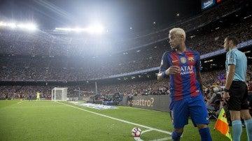 Neymar se dispone a sacar un córner