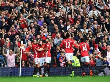 Los jugadores del Manchester United, celebrando el gol de Mata al Leicester