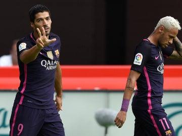 Luis Suárez celebra su gol contra el Sporting junto a Neymar