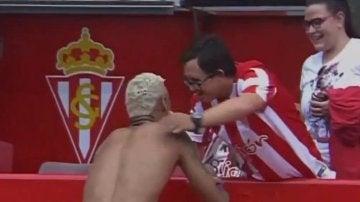Neymar regala su camiseta a un aficionado discapacitado del Sporting de Gijón