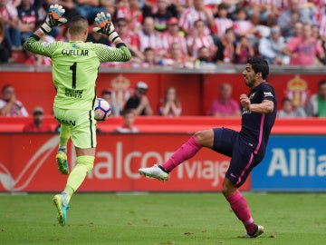 Luis Suárez intenta batir a 'Pichu' Cuéllar