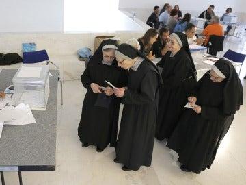 Un grupo de religiosas vota en Santiago de Compostela