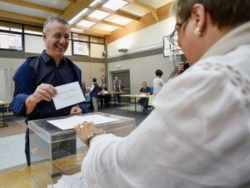 """Urkullu expresa su deseo de que """"Euskadi siga siendo propia, singular y diferente"""" tras depositar su voto"""