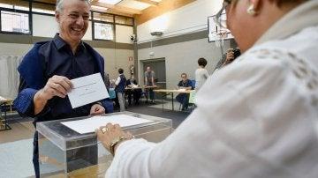 El lehendakari y candidato a la reelección por el PNV, Iñigo Urkullu, vota para las elecciones autonómicas en un colegio electoral de Durango (Bizkaia)