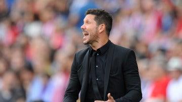 Simeone da indicaciones durante el partido contra el Deportivo de La Coruña
