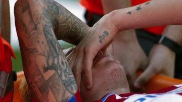 Giménez se retiró del campo en camilla por una lesión muscular