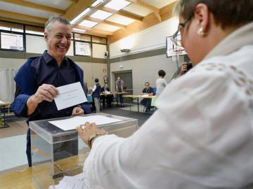 EL candidato a la reelección por el PNV, Iñigo Urkullu,vota durante la jornada electoral
