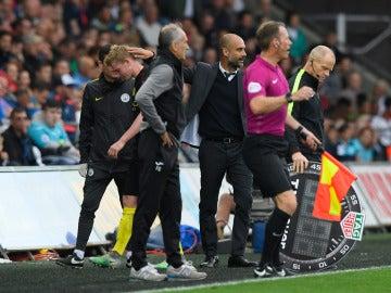 De Bruyne abandonando lesionado el Swansea-City.
