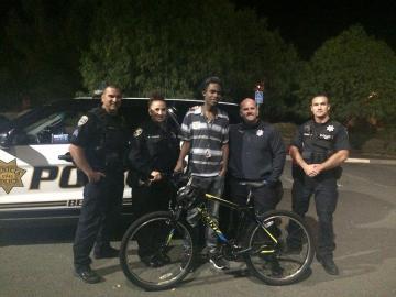Agentes estadounidenses regalan una bicicleta a un joven