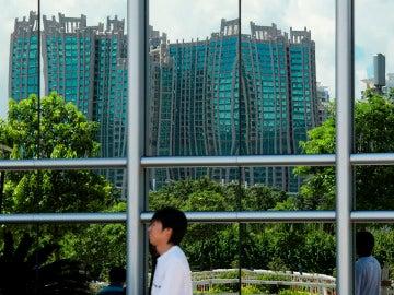 Un joven pasea por delante de unos edificios