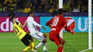 Varane aprovecha un disparo de Benzema al palo para hacer el 1-2