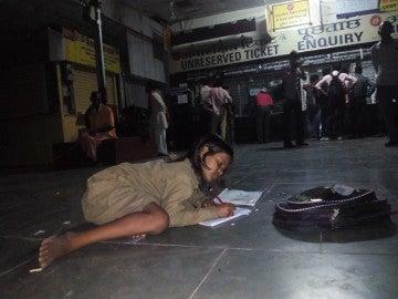 Divya haciendo sus deberes