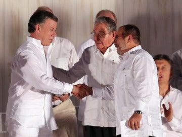"""Santos, al firmar el acuerdo de paz con las FARC: """"Hay una guerra menos en el mundo y es la de Colombia"""""""