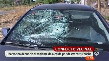 Denuncian a un político por destrozar el coche de un vecino a hachazos
