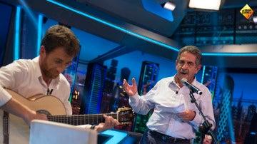 Miguel Ángel Revilla canta en directo el nuevo himno que propone para Cantabria