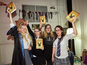 Cientos de incondicionales colapsaron a medianoche las librerías para hacerse con 'Harry Potter y el legado maldito'