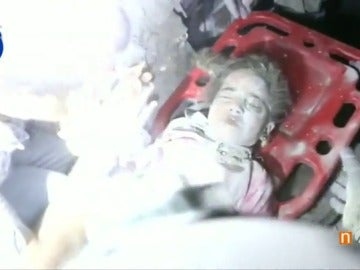 Salvan a una niña que quedó atrapada bajo los escombros tras un bombardeo en Alepo