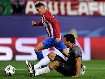 Torres dejando en el suelo a Hummels en el Atlético-Bayern.