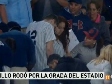 Un aficionado de los Yankees pierde el anillo de compromiso antes de pedir matrimonio en plena grada