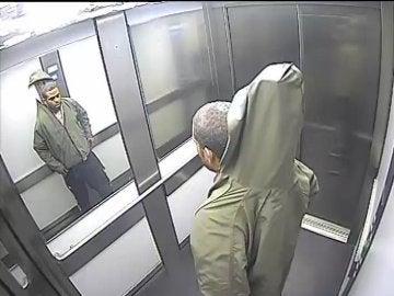 La imagen tomada con la cámara de seguridad de un ascensor