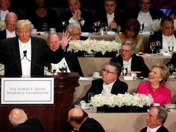 Clinton y Trump intercambian bromas y comentarios ácidos en la cena de caridad tras el debate