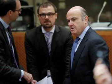 El ministro español de Economía, Luis de Guindos (dcha), a su llegada a la reunión de los ministros europeos de Economía y Finanzas en Bruselas