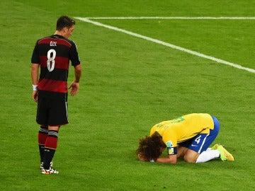 Mesut Özil, acercándose a un desconsolado David Luiz tras la eliminación de Brasil en el Mundial 2014